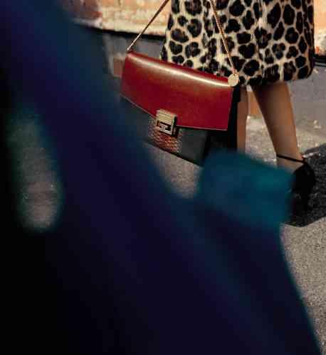 Manteau en fausse fourrure jaguar, sacGV3 en cuir grainé, suède et python, escarpins en cuir, Givenchy.