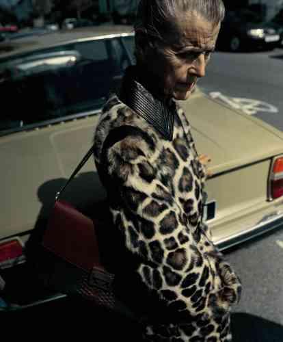 Manteau en fausse fourrure jaguar, sac GV3 en cuir grainé, suède et python, Givenchy.