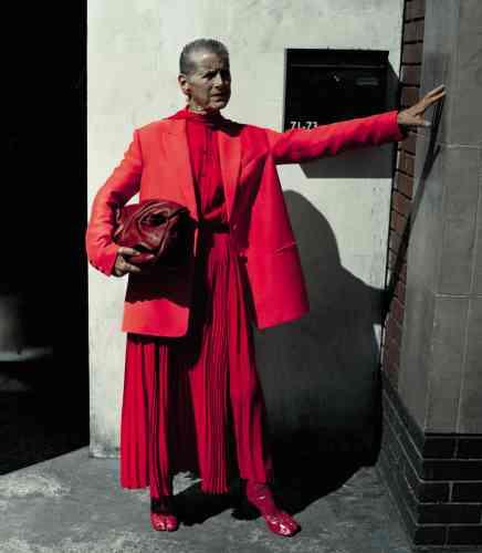 Veste en laine, robe en soie plissée, et sac à bandoulière bloomy en cuir plissé, Valentino. Bottines en cuir, Vetements.