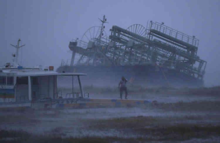 Au total, 75personnes ont été légèrement blessées, la plupart présentant des coupures dues à des éclats de vitres brisées. Dans la région de Miyazaki, touchée par des précipitations records et des inondations,une femme est portée disparue.