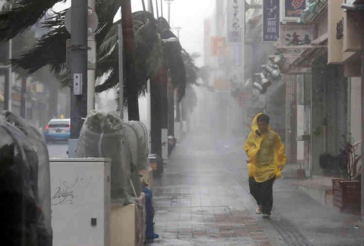 Le gouvernement a conseillé à 1,5 million de personnes d'évacuer, selon la chaîne publique NHK. Un demi-million d'habitations à Okinawa et Kyushu (sud-ouest) sont quant à eux privées d'électricité.