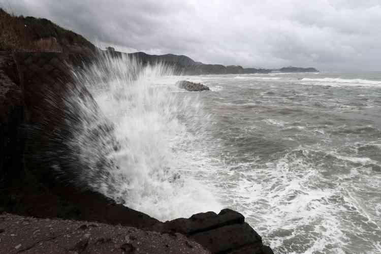 L'agence météorologique japonaise a averti que la tempête pourrait entraîner des glissements de terrain et des inondations, de même que des épisodes de foudre et des tornades dans tout le pays.