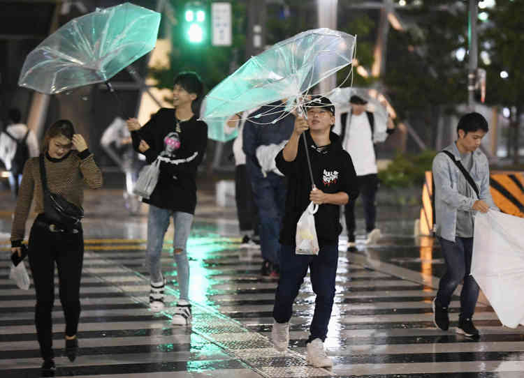 Un précédent typhon, Jebi, le 21e de l'année dans la région, avait tué plus de dix personnes début septembre dans l'ouest de l'archipel, avait provoqué divers dégâts matériels et paralysé l'aéroport d'Osaka, construit sur une île artificielle, avec des pistes envahies par les eaux.