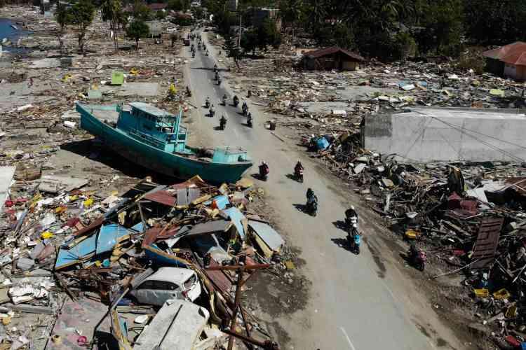«J'ai été emporté par une vague sur environ cinquante mètres. Je ne pouvais me tenir à rien. J'ai grimpé sur un magasin qui avait des barres sur sa devanture. Et je me suis reposé. Puis une deuxième vague est arrivée, encore plus haute. Et je me suis retrouvé sur un toit»,raconte Adi à l'AFP.