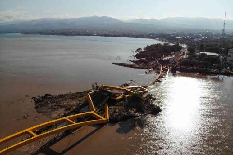Un pont effondré à Palu, le 1eroctobre.Les autorités s'attendent à ce que le nombre de victimes augmente, au fur et à mesure du rétablissement des liaisons avec les zones reculées.