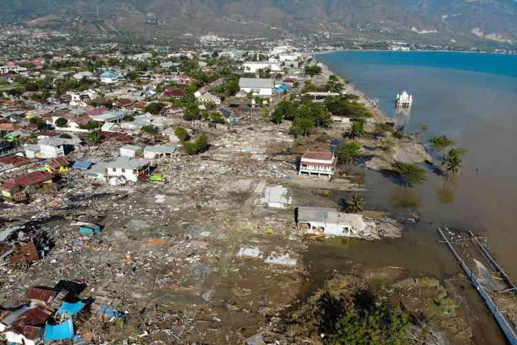 A Palu, sur l'île de Sulawesi, le 1eroctobre.Quatre jours après le séisme d'une magnitude de 7,5 suivi d'un tsunami qui a frappé la côte ouest des Célèbes, vendredi 28septembre,et dévasté la ville de Palu. Les habitants manquent de tout: nourriture, eau potable, carburant ou médicaments.