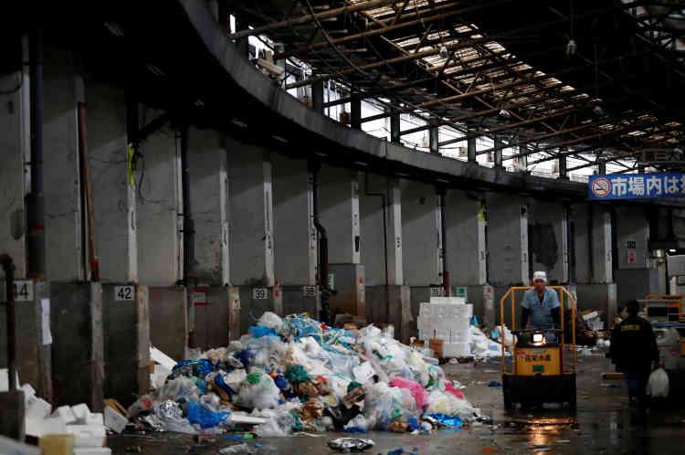 Une pile de déchets, après la fin des échanges au marché aux poissons de Tsukiji, au Japon, le 27 septembre.Cela faisait plusieurs décennies déjà qu'était envisagé le déplacement de Tsukiji, mais entre l'opposition de marchands et des problèmes techniques récurrents, le calendrier a pris un retard considérable.