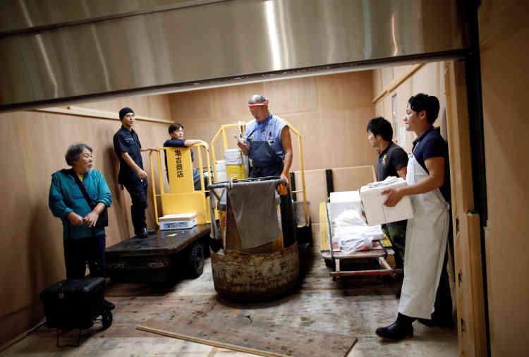Dans l'un des ascenseurs de la zone des grossistes, le 11 octobre.Chacun découvre les lieux, beaucoup ont un plan en main. Mais à l'extérieur, et entre les rangées de thons, les charriots électriques à gros volant qui étaient des symboles de Tsukiji semblent déjà habitués : ils vont à toute vitesse.