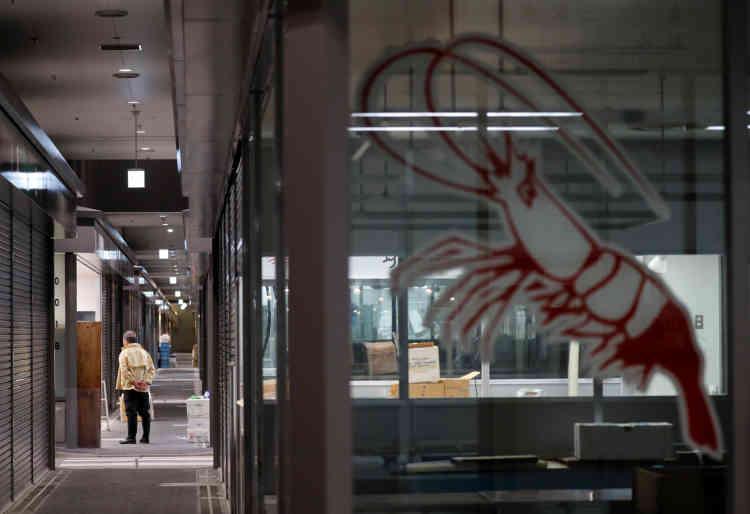 Au marché aux poissons de Toyosu lors du déménagement, le 7 octobre.«Ce sera néanmoins un peu moins strict que je ne le craignais, mais évidemment on aura moins de possibilité de toucher la marchandise», témoigne le chef français Lionel Beccat, inconditionnel de Tsukiji, où il vient à pied depuis son restaurant étoilé.