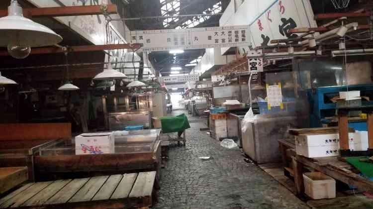 A l'intérieur du marché aux poissons de Tsukiji, à Tokyo, le 11 octobre, le jour même où le nouveau marché aux poissons de Toyosu a été ouvert et tient sa première vente aux enchères.