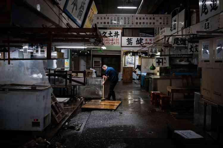 Un poissonnier nettoie sa boutique au marché aux poissons de Tsukiji, le 7 octobre, première journée de déménagement.Tous ne partiront pas à Toyosu. Les plus âgés, et ils sont nombreux, quittent le métier. Certains avaient le projet de recréer un mini-Tsukiji dans des bâtiments voisins après le déménagement, «mais on le leur a interdit», confie un des commerçants, préférant rester anonyme.