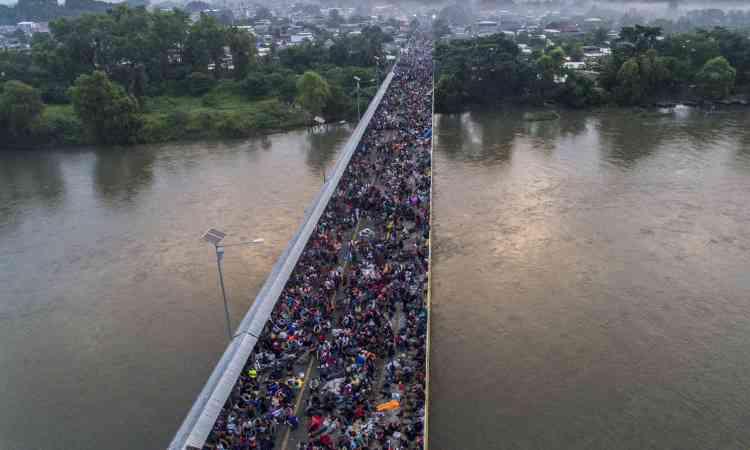 Après avoir été arrêtés à la frontière mexicaine, des miliers de migrants se retrouvent coincés sur le pont entre la ville de Tecun Uman, au Guatemala, et celle d'Hidalgo, au Mexique, le 20 octobre.