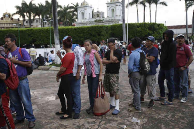 Une fois arrivé à Tapachula, au Mexique, des migrants honduriens attendent pour recevoir de l'aide médicale, le 21 octobre. Malgré les efforts de la police mexicaine à la frontière pour essayer de les stopper, des miliers de personnes poursuivent leur marche vers les Etats-Unis.