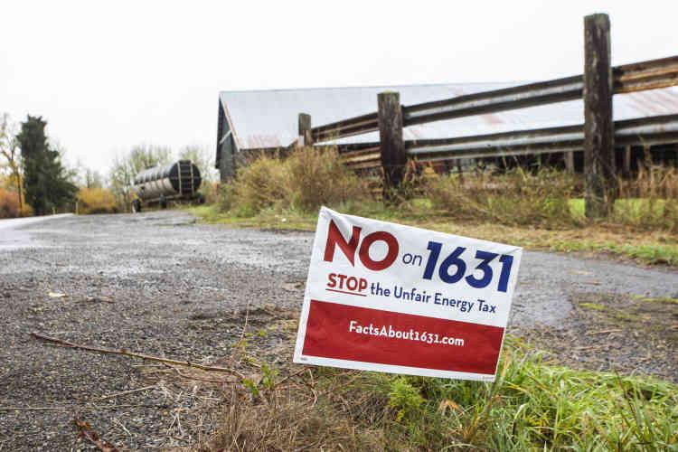Dans la vallée de Hanaford, près de la centrale, une pancarte porte un message contre l'introduction de la première taxe carbone aux Etats-Unis.L' «initiative 1631» prévoit d'instaurer une taxe sur le carbone dans l'Etat et d'en faire bénéficier les victimes de la transition énergétique.