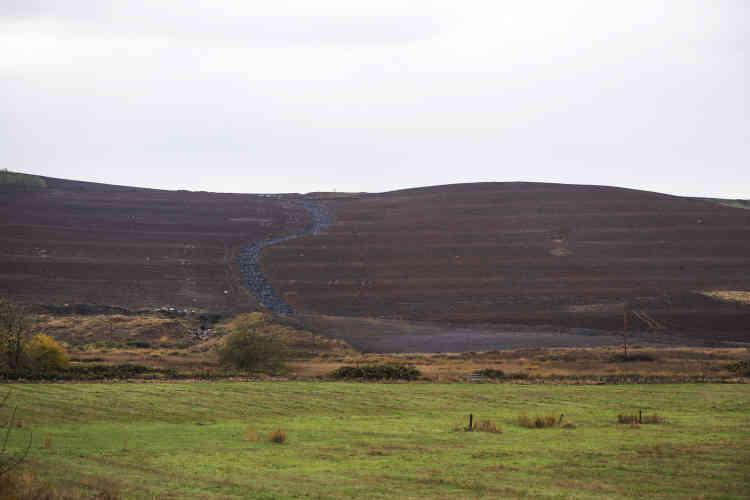 Au loin, les collines noires qui abritaient les mines de charbon. Leur nettoyage, qui faisait partie des demandes, sera assuré par TransAlta.