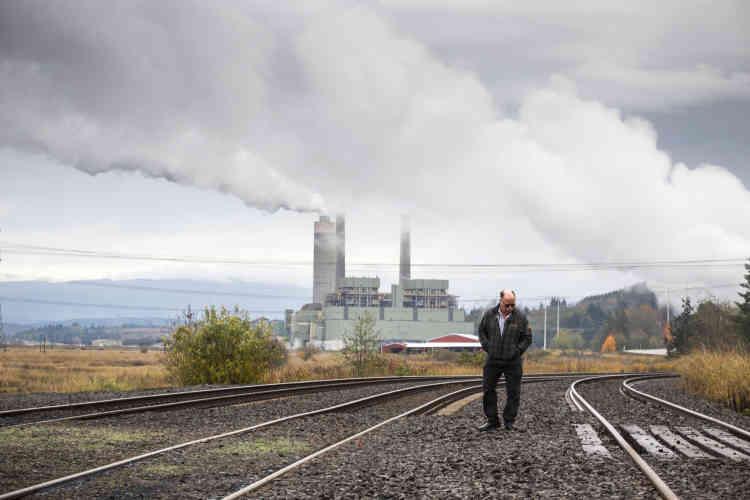 Par beau temps, on arrive à saisir les deux icones de la ville de Centralia dans la même image : la centrale au charbon avec ses trois cheminées et, au fond, le mont Rainier (1950 m).