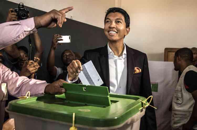 Le candidat à la présidentielle malgache, Andry Rajoelina, a voté à Antananarivo, le 7novembre. Ce scrutin marque le retour des «revenants», les ex-présidents Marc Ravalomanana (2002-2009) et Andry Rajoelina (2009-2014), interdits par la communauté internationale de se présenter en2013 après les violences politiques de 2009 qui avaient fait une centaine de morts. L'ex-président Hery Rajaonarimampianina (2013-2018)complète le trio des principaux prétendants.