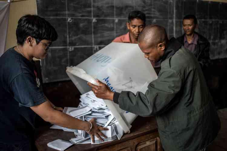 En prévision d'un décompte qui pourrait se poursuivre tard dans la soirée, des bureaux étaient équipés de torches électriques en cas de coupures d'électricité, fréquentes à Madagascar.