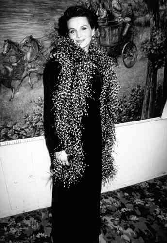 En fait, non, Juliette Binoche n'a jamais interprété Mary Poppins. Alors retentons notre chance : après «Le Patient anglais» et son oscar du meilleur second rôleféminin, dans quel projet d'envergure s'apprête-t-elle à briller ? Dans un biopic de Régine, évidemment. Regardez ce boa !