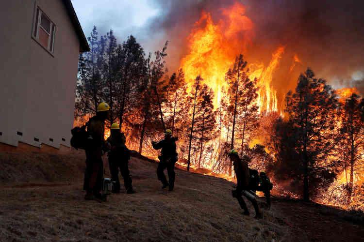 «Les pompiers font toujours face à un incendie et des conditions météorologiques extrêmes, avec des vents forts», a fait savoir le département californien pour les forêts et la protection contre les incendies, Cal Fire.