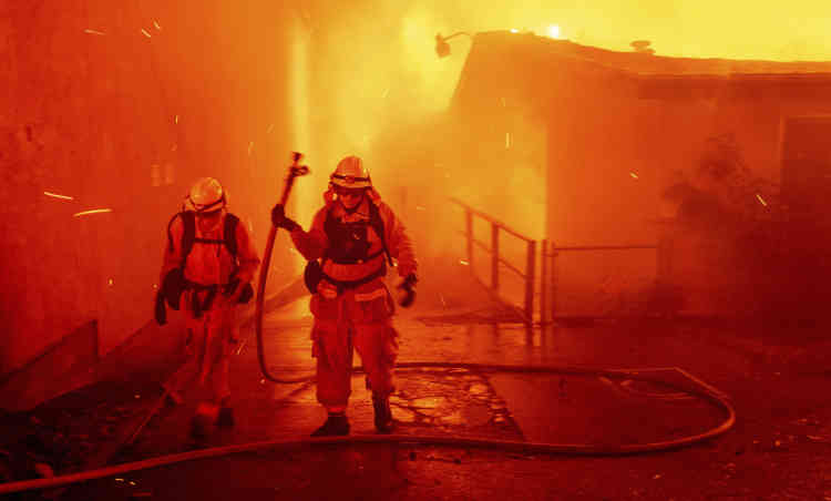En juillet et août, huit personnes, dont trois pompiers, avaient par ailleurs péri dans l'incendie Carr, qui avait sévi dans la région de Redding. Il avait détruit 93000hectares avant de pouvoir être éteint, après six semaines de lutte.