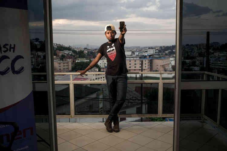 Randrianarisoa Mirindra, alias « Bolo», est connu à Madagascar pour présenter chaque dimanche un journal télévisérappé:« Mon téléphone, c'est ma vie. Je dois être constamment connecté à Internet pour suivre l'actualité de la semaine», dit-il.