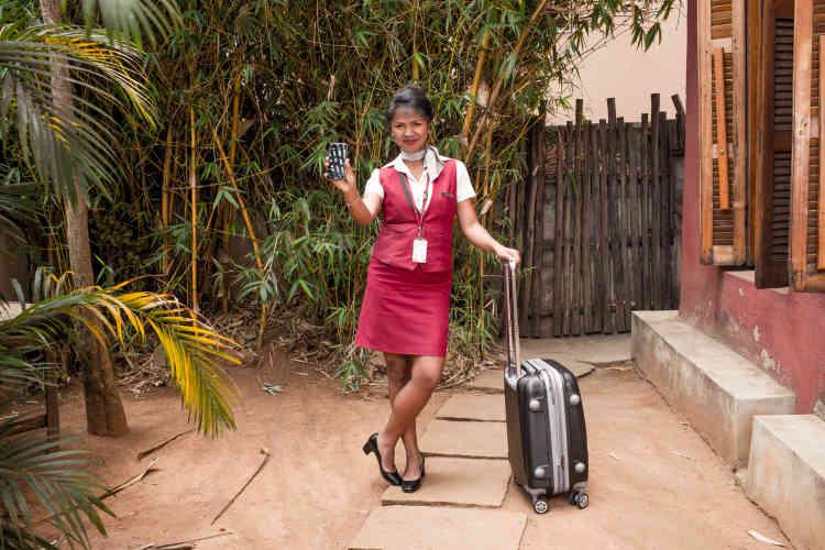 Dina Rasolofo, mariée, trois enfants, est hôtesse de l'air pour Air Madagascar. Comme elle se rend souvent à l'étranger pour le travail, elle utilise son smartphone pour rester en contact avec sa famille via des applications de visioconférence.