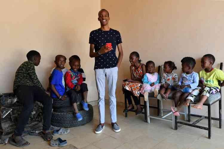 A Nairobi, Kago Kagichiri a créé une plateforme éducative, Eneza, qui propose des cours par SMS ou par Internet pour 10shillings kényans par semaine (0,09euro) et qui compte environ 5millions d'abonnés au Kenya, au Ghana et en Côte d'Ivoire.