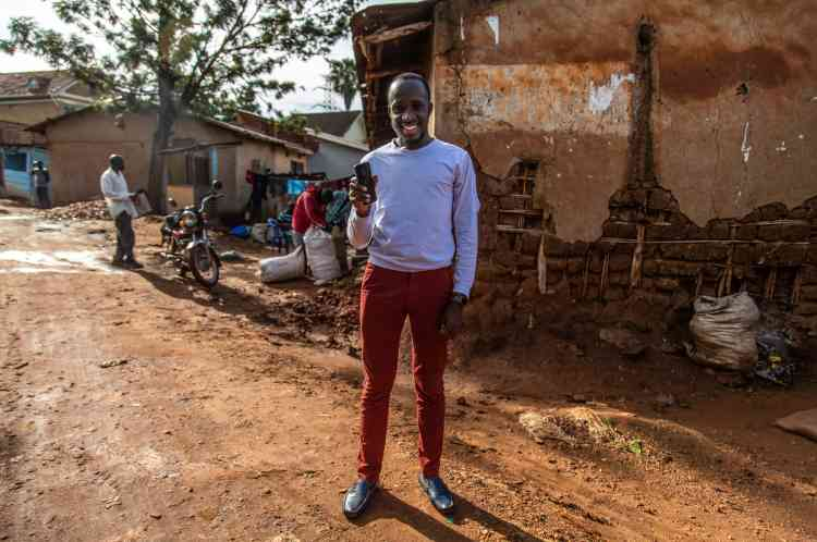 A Kampala, Moris Atwine, 25 ans, développe une application qui permettra aux agents de santé ougandais de tester le sang d'un patient afin de détecter des traces de maladie en moins de deux minutes.