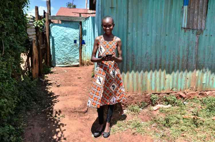 Imelda Mumbi, 13ans, vit dans le quartier de Rirurta, en périphérie de Nairobi, au Kenya. Elle utilise depuis quatre ans l'applicationéducative Eneza pour étudier.