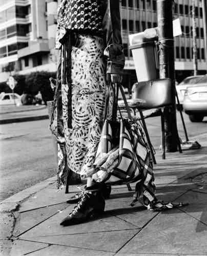 Ensemble en soie imprimée, Marni. Bottines en cuir lacées, Stella Luna. Maxicabas en cuir imprimé et foulard en soie, Versace.