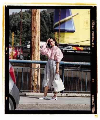 Blouse et jupe en soie rayée, Jil Sander. Babies en cuir glacé et sac en cuir et corde, Chanel.