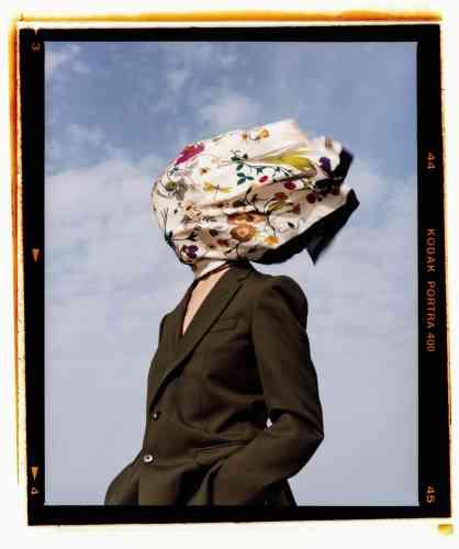 Veste de costume d'homme en laine froide, Dries Van Noten. Foulard en soie imprimée fleurie, Gucci.