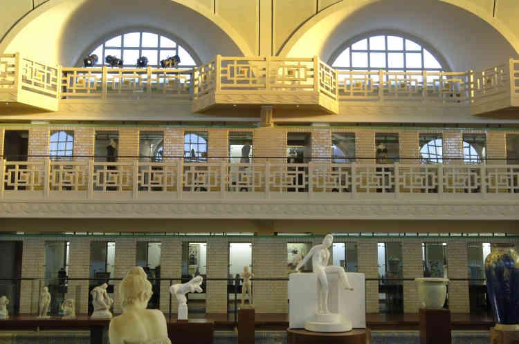 Quant aux anciennes cabines de bain, elles ont été transformées en vitrines. Dans les espaces aménagés à l'arrière, sont exposés des céramiques et des objets d'art. Le musée possède également un fonds textiles et mode, exposé au cœur du bassin.