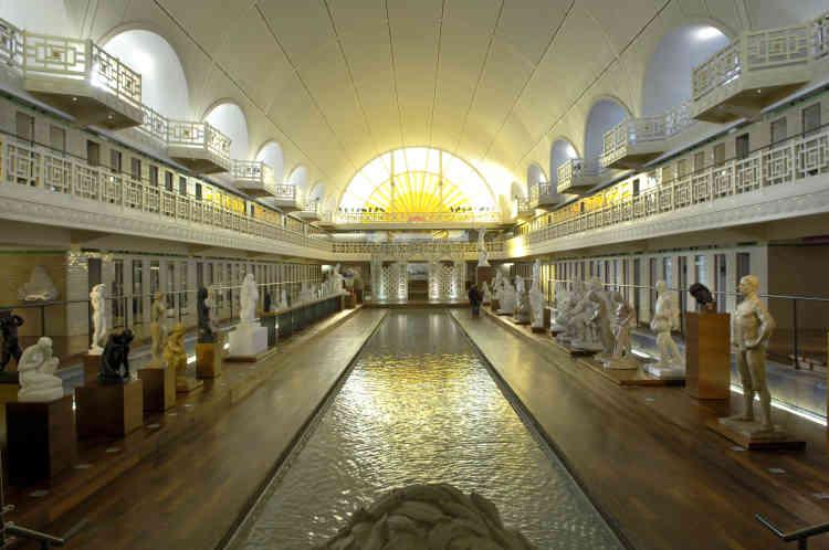 Le bassin de la piscine de Roubaix a été transformé en une galerie de sculptures. L'étroit bassin d'eau, dans lequel se reflètent les lumières et les œuvres, est un rappel de l'ancien bassin olympique, de 50 m de long sur 12 m de large.