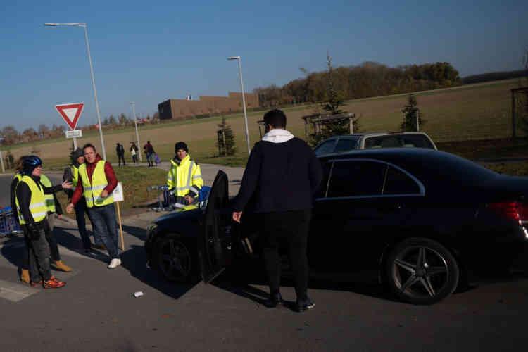 Un conducteur qui tentait de forcer un barrage des «gilets jaunes» à l'entrée de la zone commerciale d'Amiens-Nord sort de sa voiture avec une bombe lacrymogène.