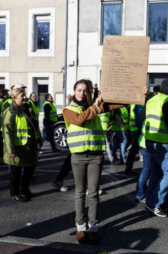 A Revel, en Occitanie. Anne Schiavi a 25 ans et est éducatrice spécialisée. Elle manifeste car « trop c'est trop». Elle affirme que la moitié de son salaire part dans des taxes, «c'est démoralisant».