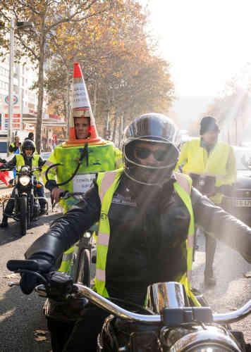 A Paris, rassemblement de «gilets jaunes» sur le quai de Bercy. La circulation est arrêtée et les manifestants sont encerclés par la police.