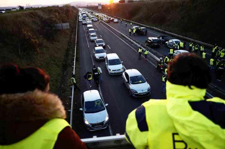Le soleil se couche alors que la route nationale N1031 est bloquée par les «gilets jaunes» au niveau de Margny-lès-Compiègne, dans l'Oise.