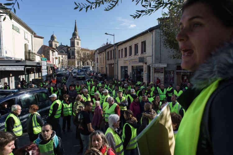 Barrage filtrant des «gilets jaunes» dans le centre-ville de Revel (Haute-Garonne), en Occitanie.