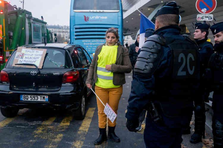 Rassemblement porte Maillot, à Paris. Kenider Asnia, 54 ans, assistante de direction à la recherche d'un emploi : « Ras-le-bol de toutes les mesures qui ont été prises à l'encontre des pauvres.»
