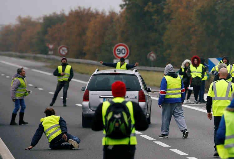 Une voiture force le passage sur un barrage routier des « gilets jaunes» à Donges en Loire-Atlantique.