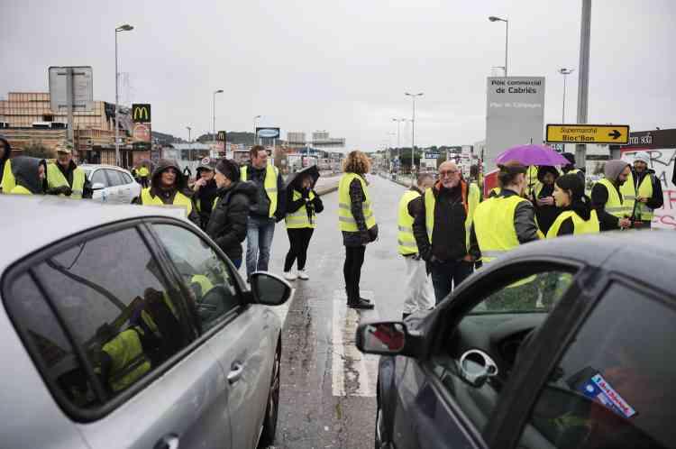 Les «gilets jaunes» bloquent l'accès à la zone commerciale de Plan de Campagne à Cabriès, près de Marseille.