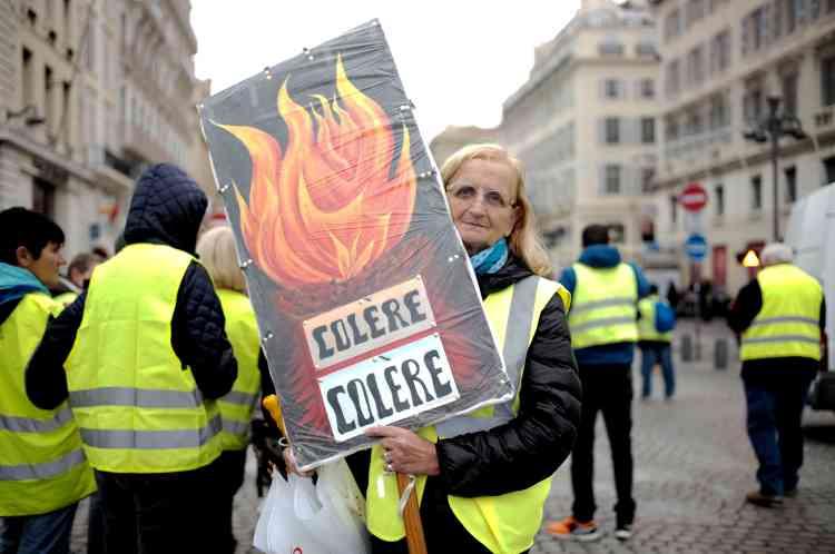 Rosie Bianco, 70 ans, à Marseille dans le 7e arrondissement. Retraitée, elle touche 1600 euros par mois et paie 650 euros de loyer. «On m'a ponctionné 31,8 euros sur ma retraite sans me demander mon avis, et maintenant je dois me séparer de ma voiture diesel pour acheter une hybride ou une électrique. Ma voiture a 26 ans, je n'ai pas les moyens d'en prendre une autre.»