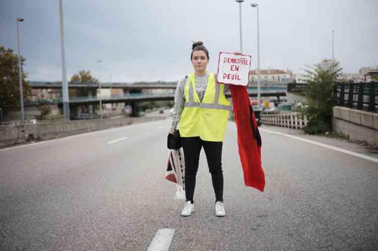 Manon Assad, 25 ans et habitante de Gemenos, participe au blocage d'une bretelle d'autoroute entre Aubagne et Marseille : «Je pense à mon avenir, mais je vois la France se dégrader sur le plan des droits sociaux.Sur la question écolo il faut tout remettre en cause. Il faut changer le système du carburant et de ces groupes pétroliers qui s'enrichissent sur notre dos. Taxez les gros bateaux ! Pas nous avec nos petites voitures !»
