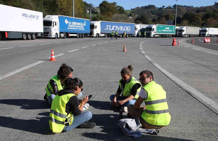 Des « gilets jaunes» bloquent la frontière franco-espagnole à Biriatou, où le transport routier est très dense.