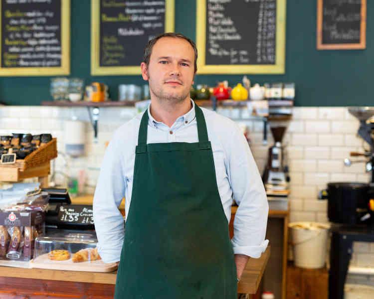 Piotr Czarnecki, un Polonais qui tient un café depuis cinq ans à Aldershot : «Pendant la période de Noël, j'ai moins de clients que d'habitude parce que les gens vont faire leurs courses ailleurs. Ici, il n'y a plus rien pour les attirer.»