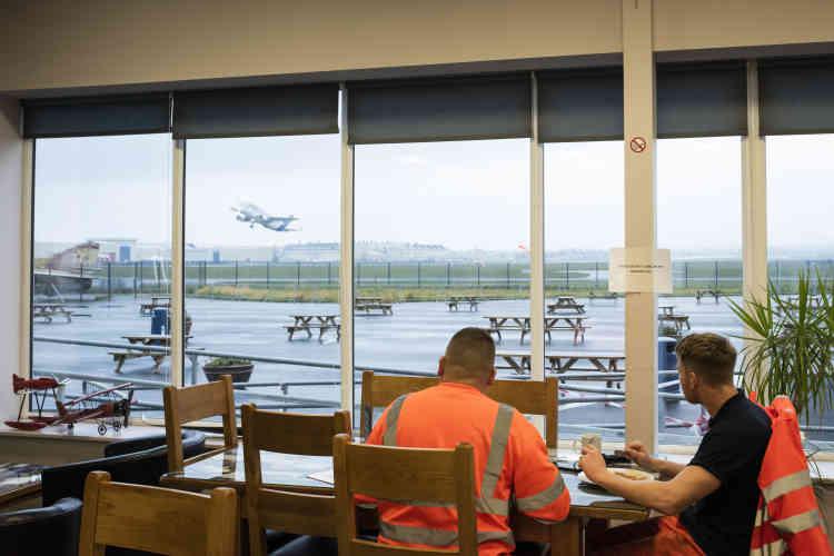 Deux employés d'Airbus observent le décollage d'un Beluga depuis le Choks Away Diner.