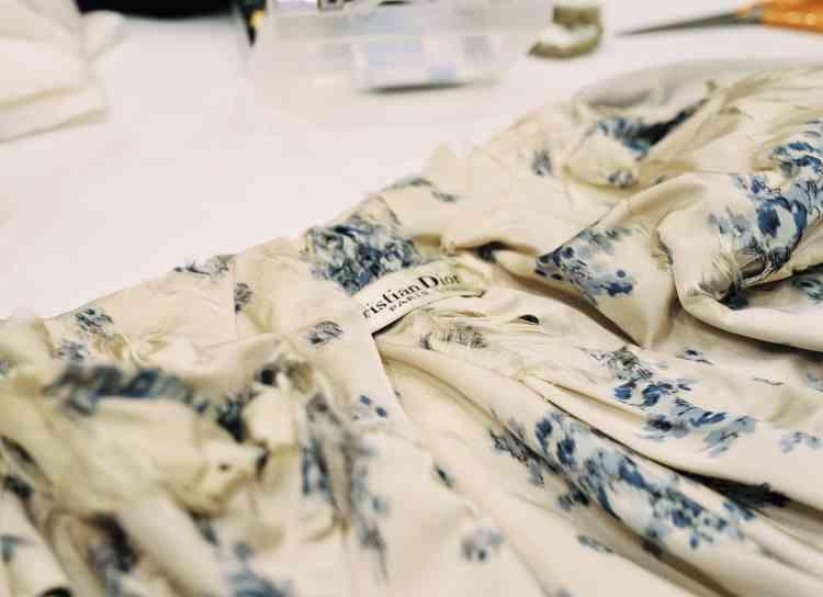 Manteau en satin de soie en cours de restauration.