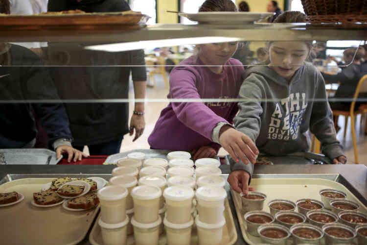 Au menu de la cantine, les yaourts de la Fromagerie Levynoise et des compotes bio sont proposés aux enfants.